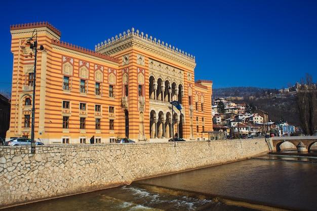 A biblioteca nacional e universitária da bósnia e herzegovina Foto Premium