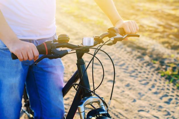 A bicicleta e o homem no fim da natureza acima, curso, estilo de vida saudável, país andam. quadro de bicicleta. Foto Premium