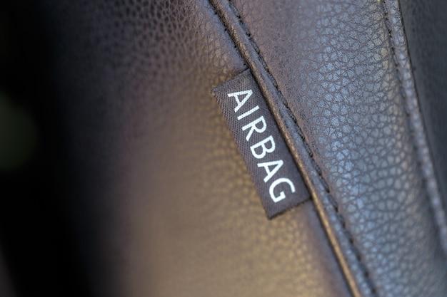 A bolsa a ar assina dentro o carro. conceito de segurança do carro. Foto Premium