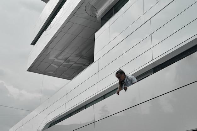A cabeça e os ombros da garota no fundo do edifício. geometria em construção. Foto Premium