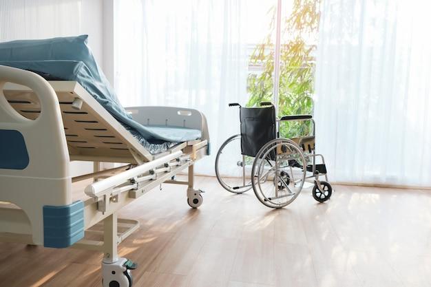 A cama de paciente de cadeira de rodas está na enfermaria do hospital. Foto Premium
