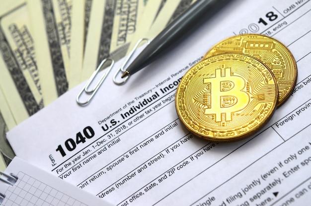 A caneta, bitcoins e notas de dólar é mentiras no formulário 1040 de imposto de renda individual nos eua. o tempo para pagar impostos Foto Premium