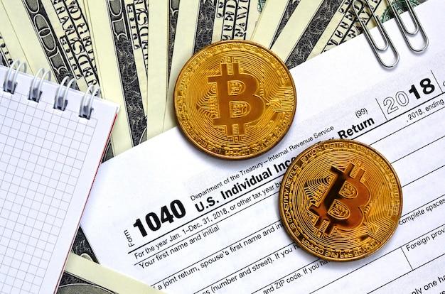 A caneta, bitcoins e notas de dólar é mentiras no formulário de imposto Foto Premium