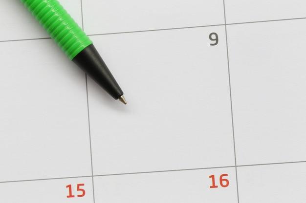 A caneta verde é colocada no calendário no 9º dia e tem espaço para cópia. Foto Premium