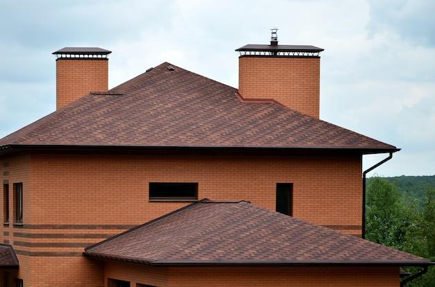 A casa está equipada com telhados de telhas de alta qualidade Foto Premium