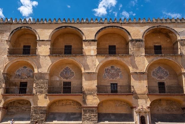 A catedral da mesquita em córdoba, espanha. vista de fachada de parede exterior. Foto Premium
