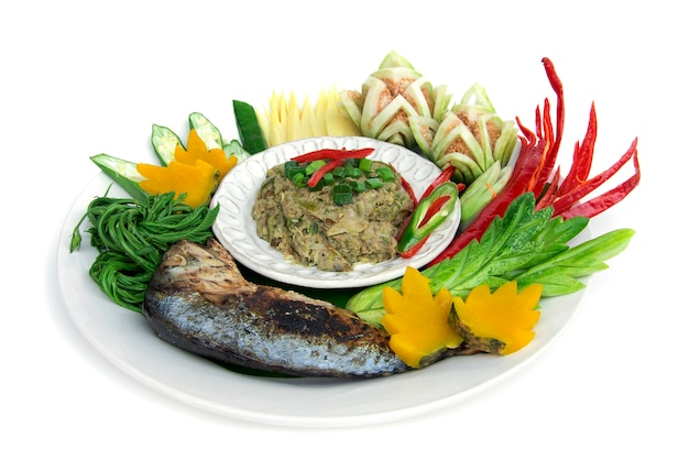 A cavala dos peixes secou o pimentão da pasta picante com o vegetal fresco e fervido, grelhe a cavala tailandesa. culinária tailandesa, comida saudável picante tailandesa ou opinião lateral do alimento da dieta isolada Foto Premium