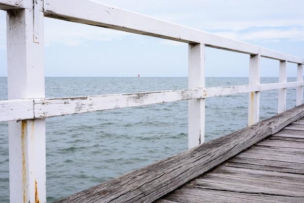 A cerca branca no cais Foto gratuita