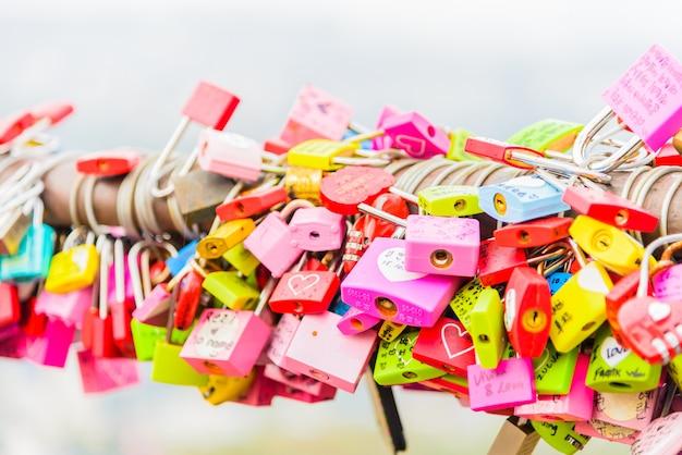 A cerimônia da chave do amor na torre n de seul Foto gratuita