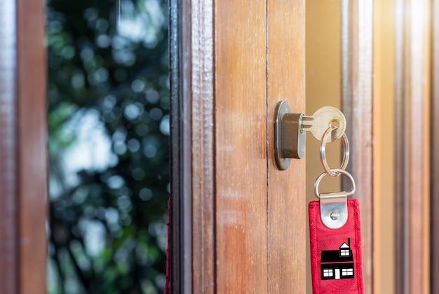 A chave na mão das pessoas abre a porta para dentro, porta externa abre a porta da frente Foto Premium