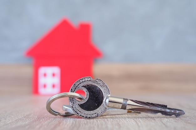 A chave para entrar na casa deve ser colocada no piso de madeira da casa. a imagem é usada para vendedores e compradores de imóveis. Foto Premium