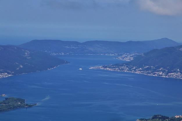 A cidade antiga kotor na costa do adriático, montenegro Foto Premium