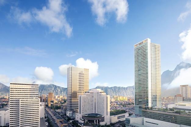 A cidade moderna, com arranha-céus e montanhas Foto Premium