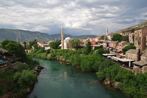 A cidade velha mostar, bósnia e herzegovina Foto Premium