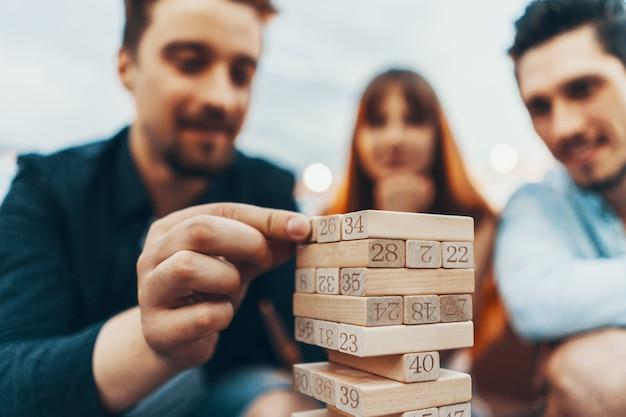 A companhia de jovens jogando jogo de tabuleiro Foto gratuita