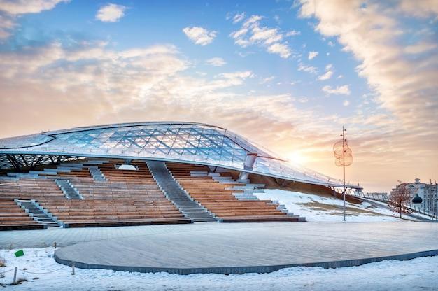 A construção da sala de concertos em zaryadye em moscou e o céu azul de primavera da manhã com o sol Foto Premium