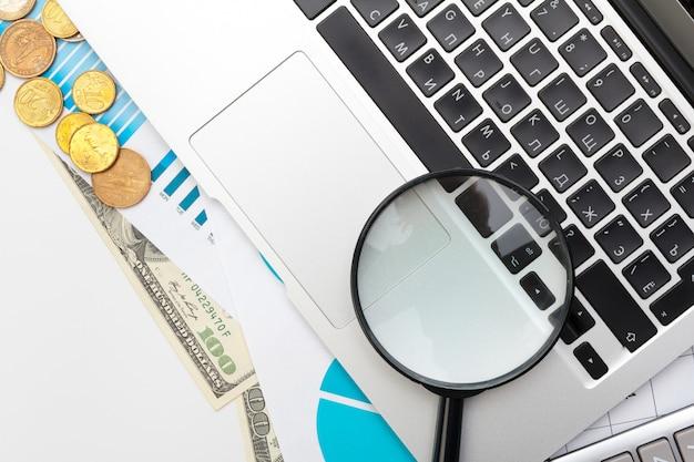 A contabilidade financeira do negócio do escritório da mesa calcula Foto Premium