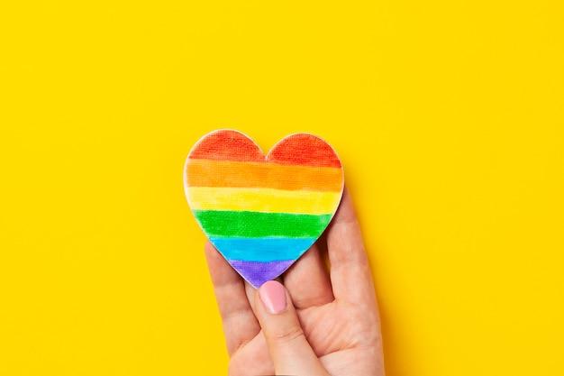 A cor do arco-íris listra o símbolo do orgulho alegre de lgbt. espaço da cópia Foto Premium