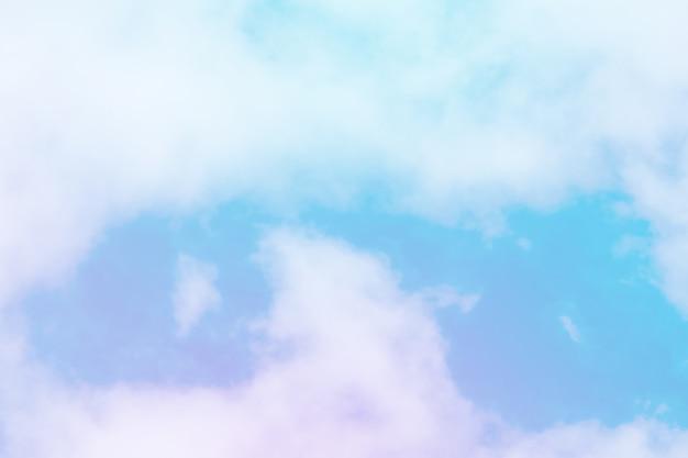 A cor pastel doce coloriu a nuvem e o céu com luz do sol, brandamente nebuloso com fundo da cor pastel do inclinação. Foto Premium