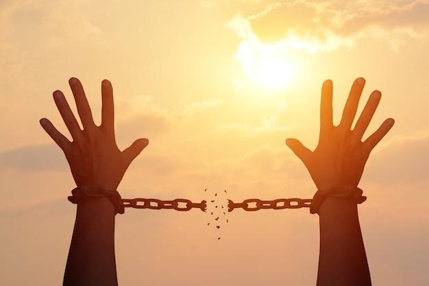 A corrente da mão humana está ausente. liberta-te Foto Premium