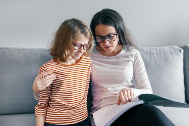 A criança aprende com um professor, lições individuais privadas Foto Premium