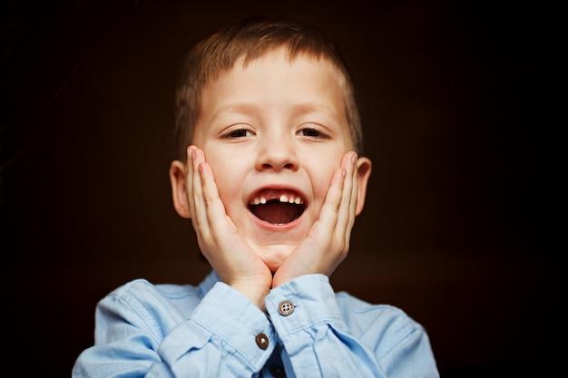 A criança caiu o primeiro dente de leite Foto Premium