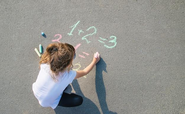 A criança decide grunhidos no asfalto Foto Premium