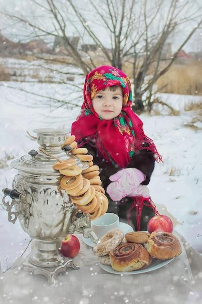 A criança é inverno. foco seletivo. Foto Premium
