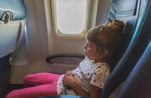 A criança está dormindo no avião Foto Premium