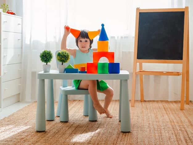 A criança se entrega a brincar na sala. pré-escolar, jardim de infância, 3 anos Foto Premium