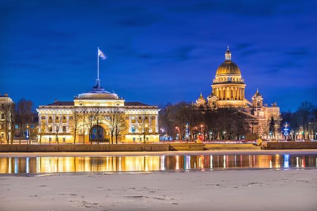 A cúpula da catedral de santo isaac e o dique admiralteyskaya em são petersburgo Foto Premium