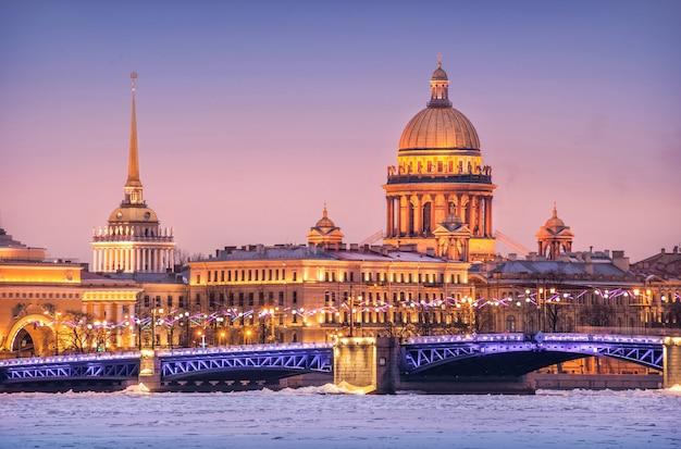 A cúpula da catedral de santo isaac, o almirantado e o rio neva em gelo em são petersburgo Foto Premium