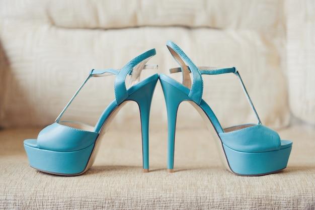A dama de honra turquesa nupcial sapatos Foto Premium