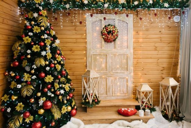 A decoração de natal e ano novo. bela fachada decorada com grinaldas de abeto, foco seletivo Foto Premium