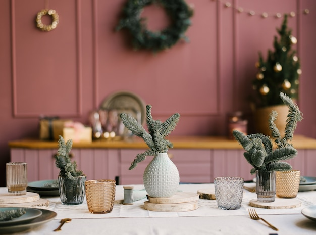 A decoração de natal e ano novo. cozinha rosa com ramos de abeto Foto Premium