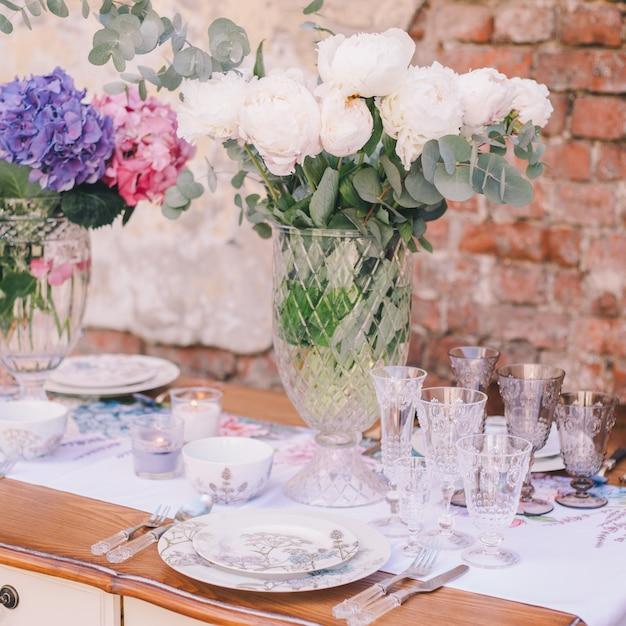 A decoração e mesa para uma refeição ou um feriado. utensílios de mesa Foto Premium