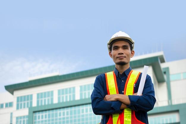 A engenharia usa um chapéu de segurança branco enquanto trabalha. Foto Premium