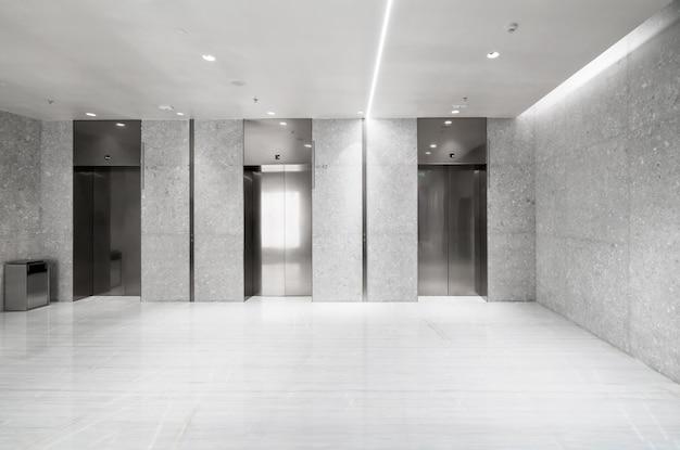 A entrada do elevador fica no shopping Foto Premium