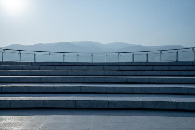 A escada do pátio de telhado e montanha Foto Premium