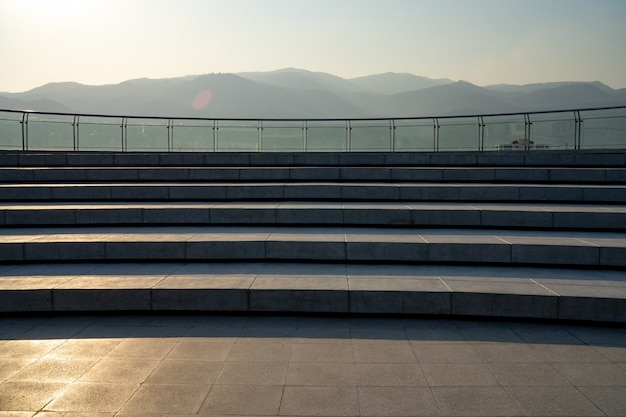 A escadaria do pátio do telhado e a montanha são fundo. Foto Premium