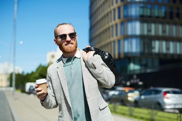 À espera de táxi na rua Foto Premium
