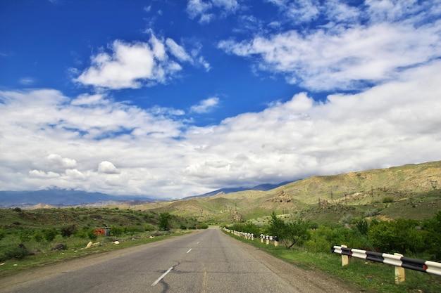 A estrada no vale nas montanhas do cáucaso da armênia Foto Premium