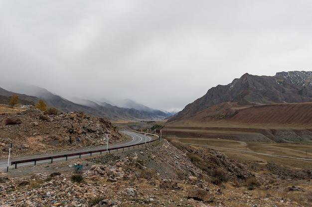 A estrada que contorna as montanhas nas montanhas é perfeita Foto Premium