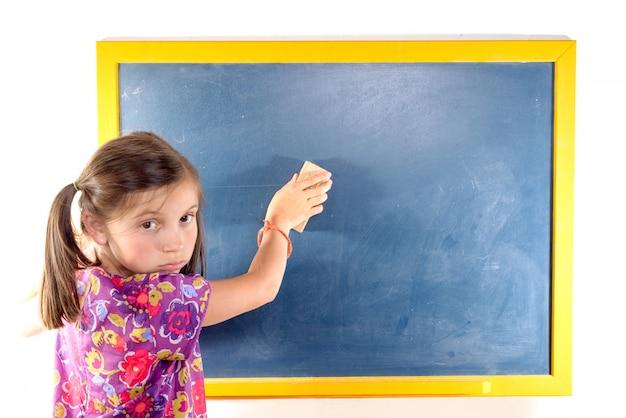 A estudante apaga o quadro-negro Foto Premium