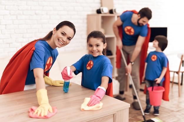 A família de ternos de super-heróis é limpa em casa. Foto Premium