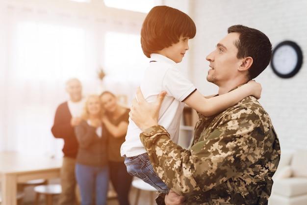 A família encontra um homem em camuflagem em casa. Foto Premium