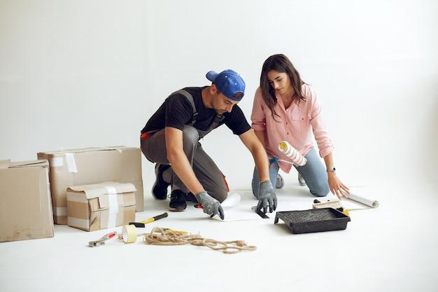 A família jovem e fofa repara o quarto Foto gratuita