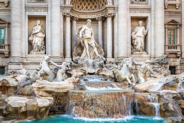 A famosa fonte do trevi, em roma, executado no estilo barroco. Foto Premium