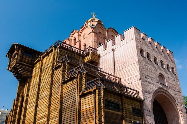 A famosa golden gates em kiev sobre o céu limpo azul no tempo ensolarado Foto Premium