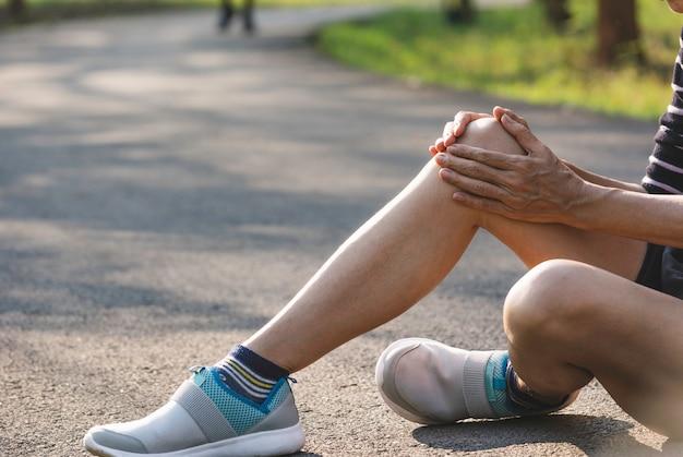 A fêmea se agarra a uma perna ruim. a dor na perna dela. saúde e conceito doloroso. Foto Premium